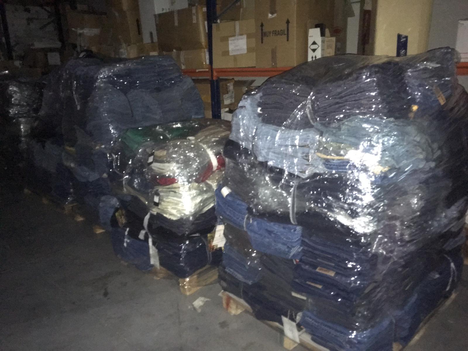 Recibimos una donación de más de 3.000 pantalones para nuestro ropero solidario