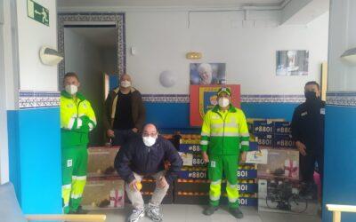 Los barrenderos de la zona nos hacen entrega de cajas de fruta para nuestro comedor y el Banco Solidario