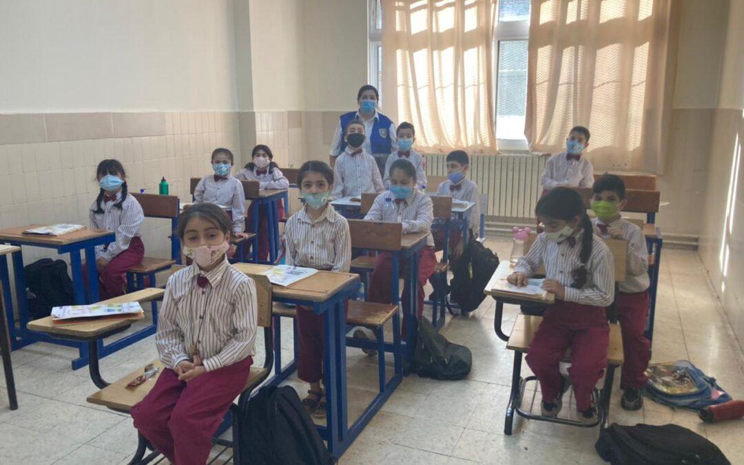 Nuestros niños y jóvenes refugiados tomando su autobús una vez finalizadas las clases del primer día de curso.