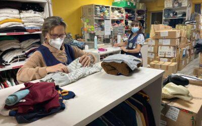 Nuestras voluntarias llevan ya días haciendo el cambio de temporada de ropa en nuestro Ropero Solidario
