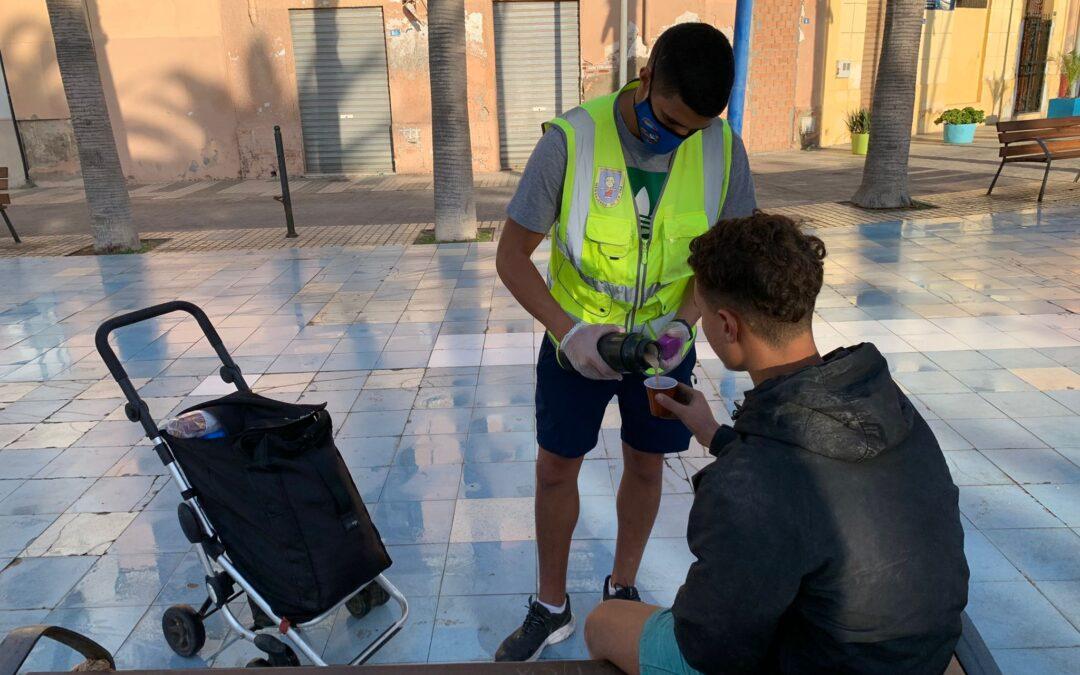 Reparto de desayunos en el Mantelete de Melilla a menores que viven en la calle